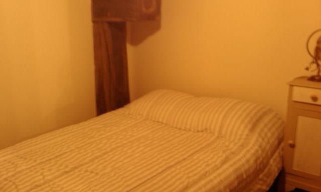 Zimmer - Bett unterm fenster ...